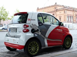 samochód z naklejkami reklamowymi